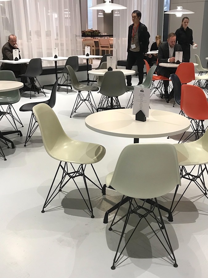 Eames Fiberglass Chairs mit Bistro Table