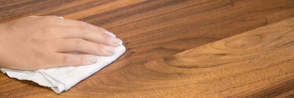 Reinigung und Pflege von Holz- und Edelstahloberflächen