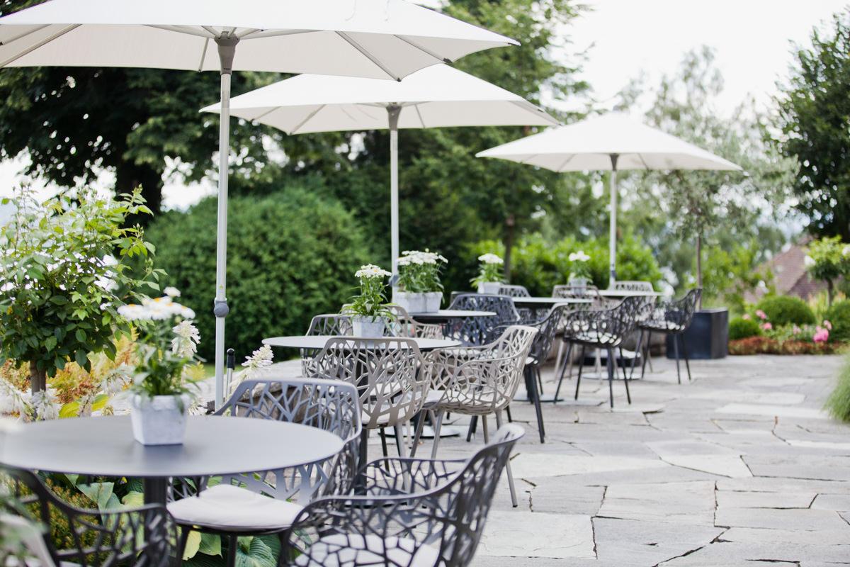 Terrasse mit Möbeln von Weishäupl, Schaffner und Janua