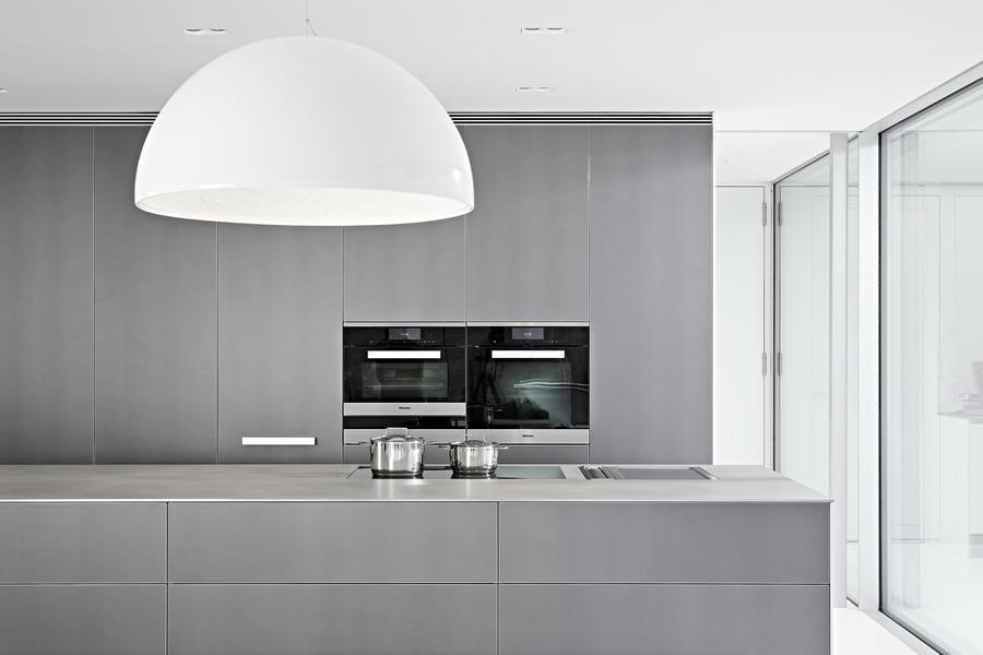 Technik; Das Highlight Der Küche: Massive, Warmgewalzte  Edelstahlarbeitsplatte Aus Einem Stück Von Eisinger.
