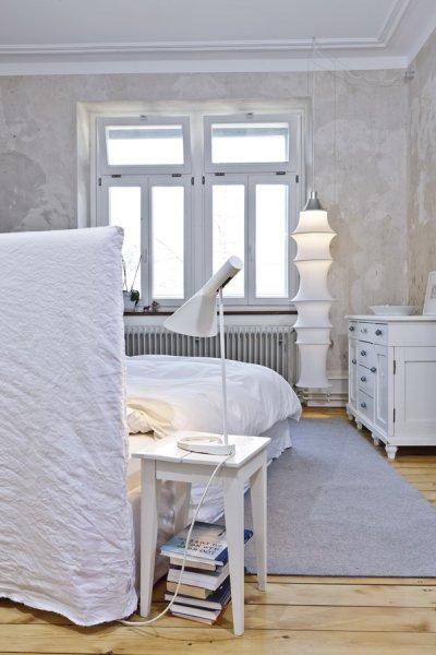 Das Schräg Im Raum Ausgerichtete Bett Ghost Von Gervasoni Im Harmonisch  Ausgeleuchteten Schlafzimmer Erlaubt Ausblicke In
