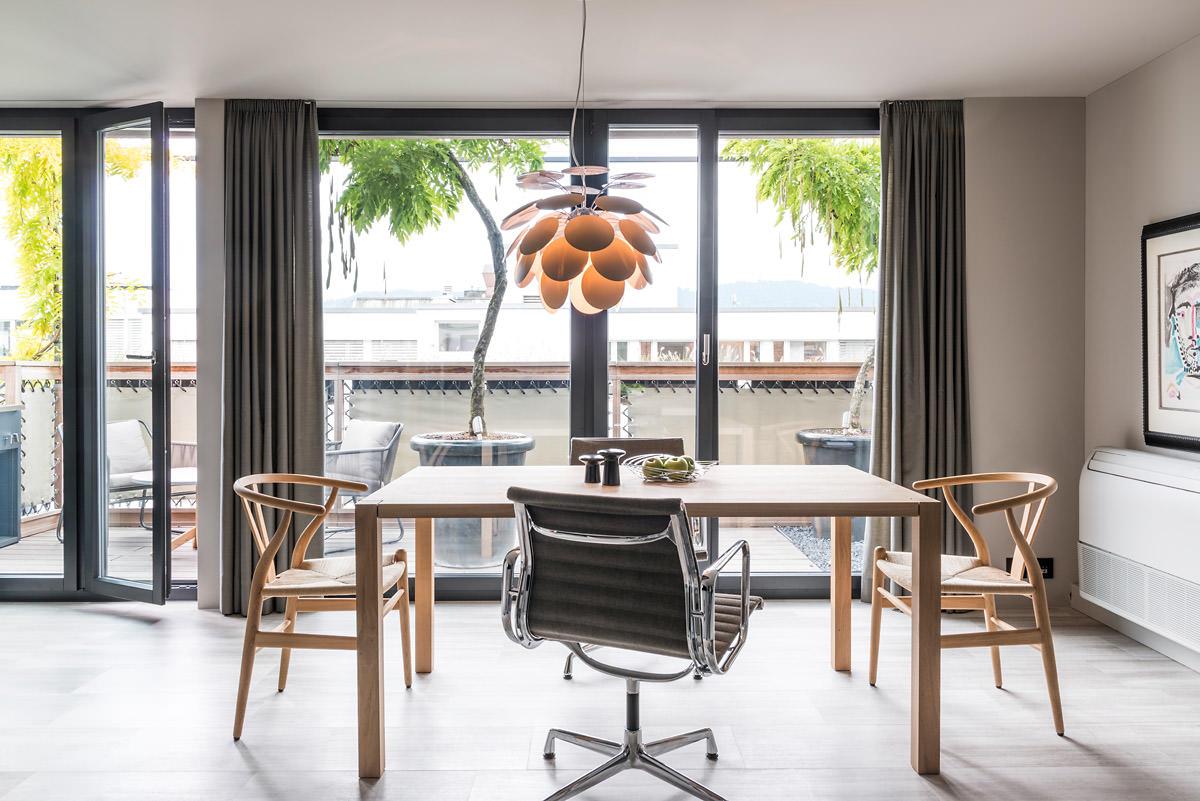 offen gestaltete stadtwohnung mit designklassikern. Black Bedroom Furniture Sets. Home Design Ideas