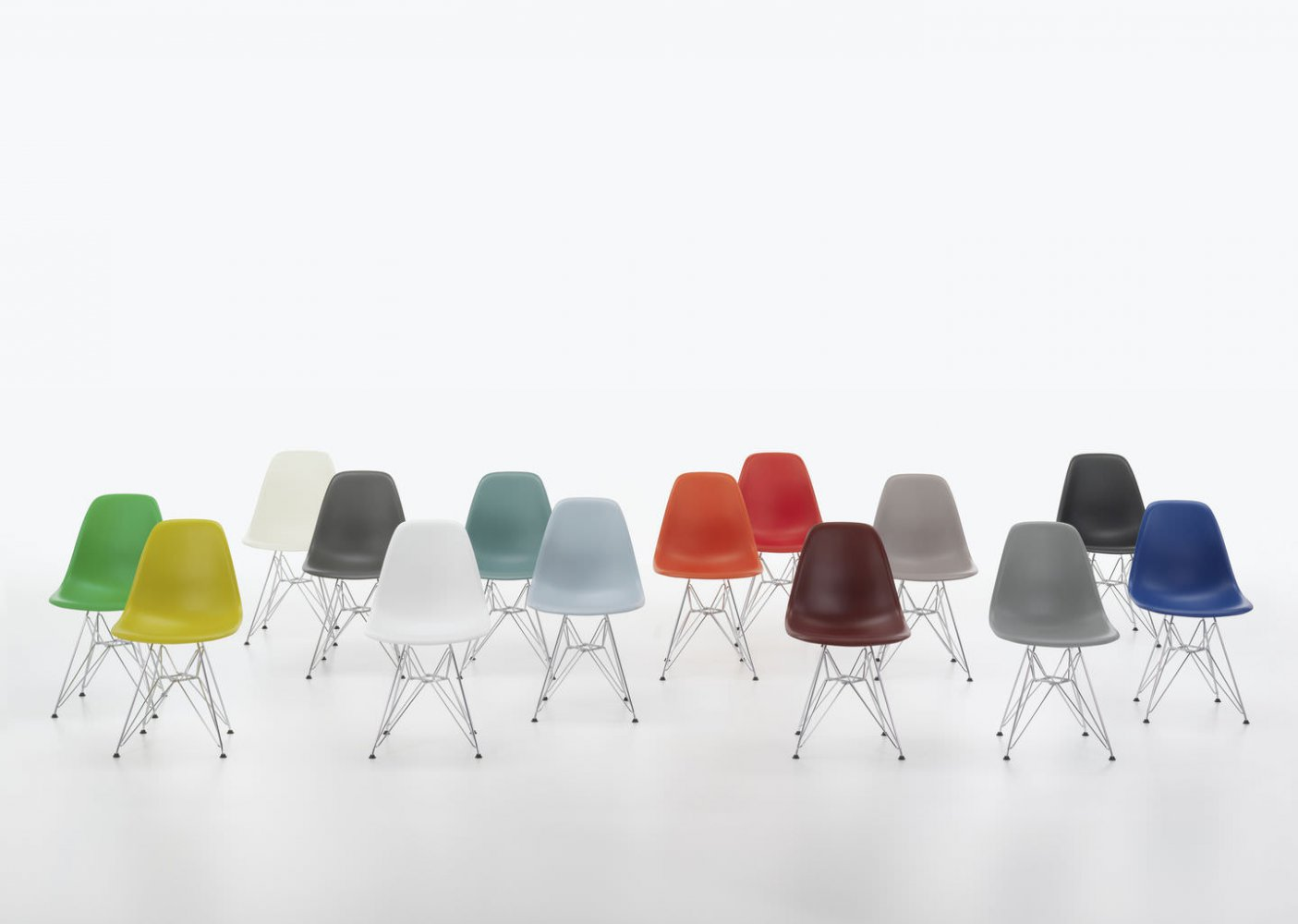 die eames plastic chairs mit angepasster sitzh he. Black Bedroom Furniture Sets. Home Design Ideas